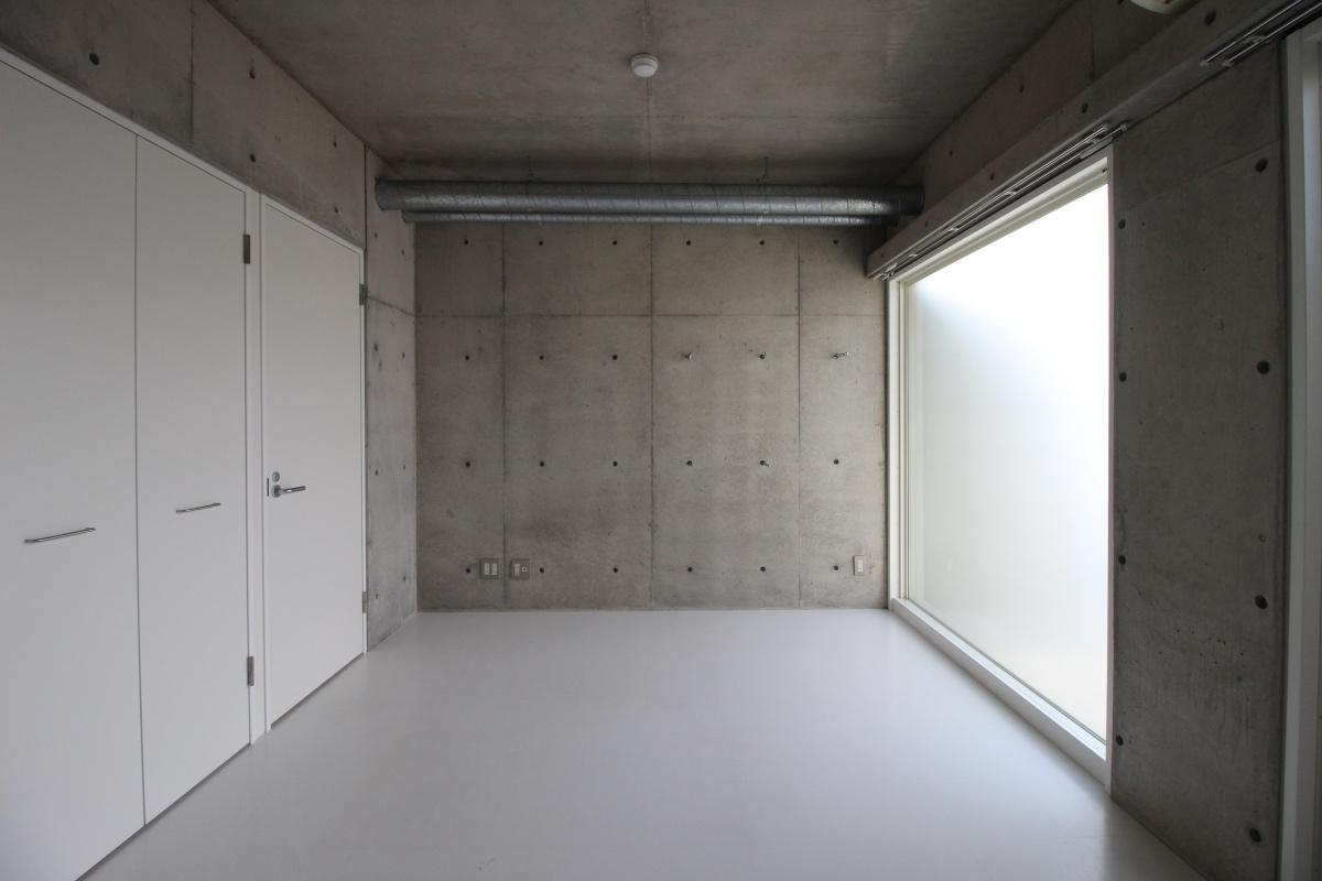 部屋の壁はコンクリート打ちっ放し。