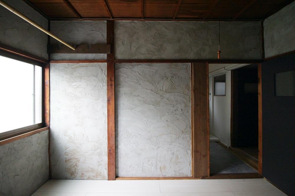 土壁の上に家主さんがモルタルを塗り込みました