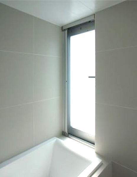 大きめの窓がある浴室(写真は新築時のもの)