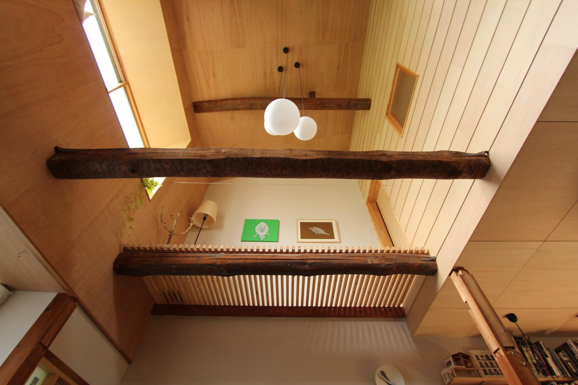吹き抜けを下から。2階の寝室からデッキにも出られます