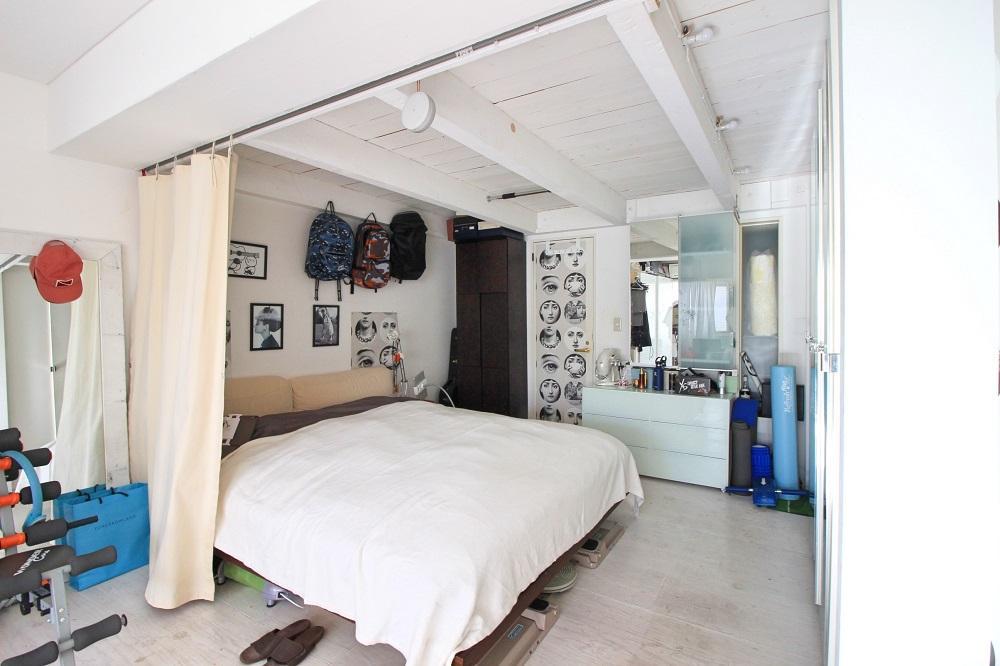 ベッドスペースの奥にモザイクタイルのバスルーム