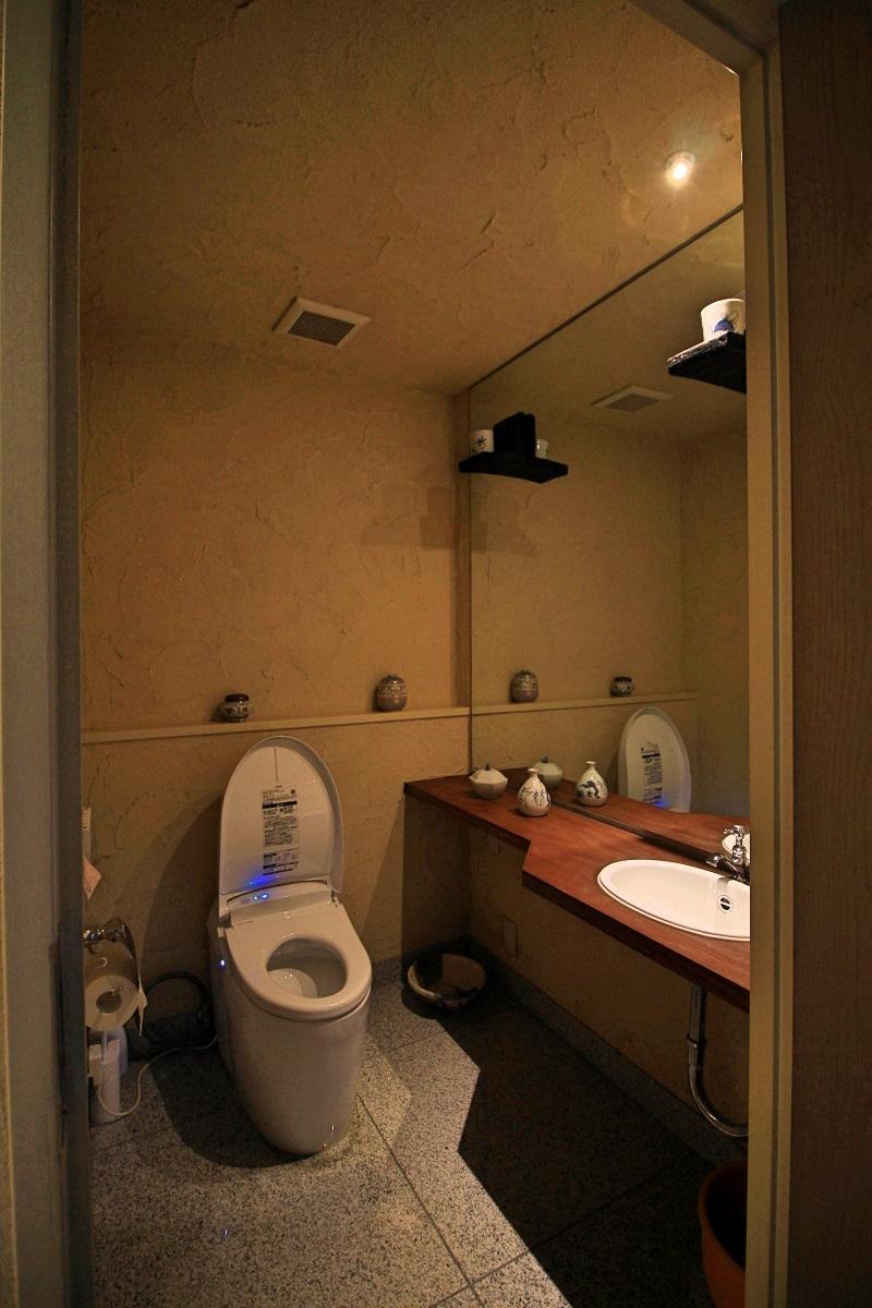 トイレも漆喰塗りで落ち着いたトーン