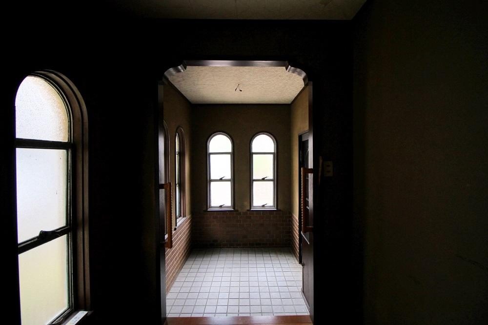 アーチ状の窓が並ぶ玄関
