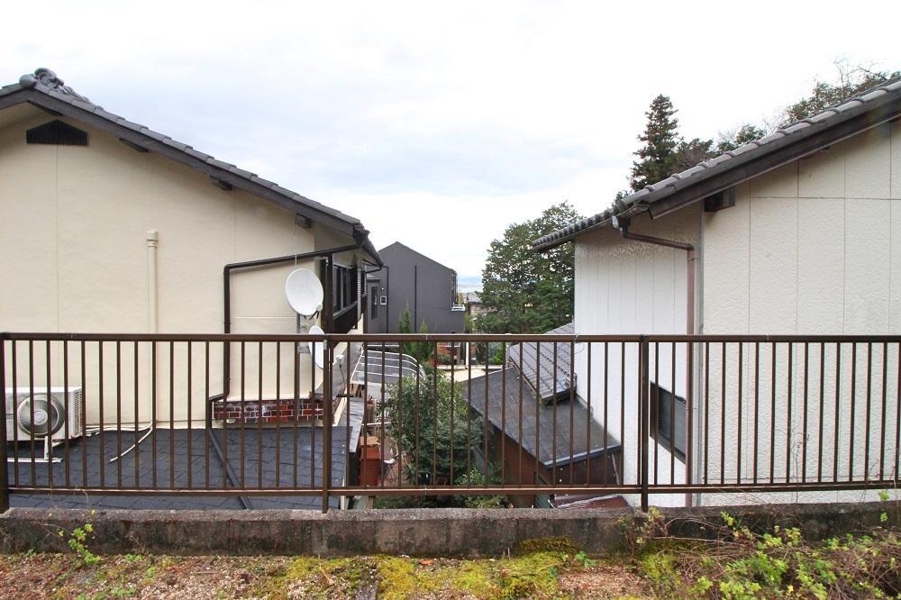 住宅の隙間からチラッと琵琶湖