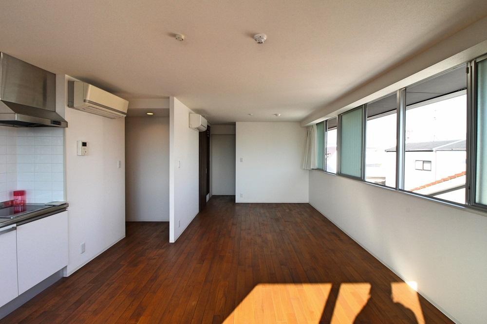 305号室:奥のスペースにベッドがちょうど置けそう