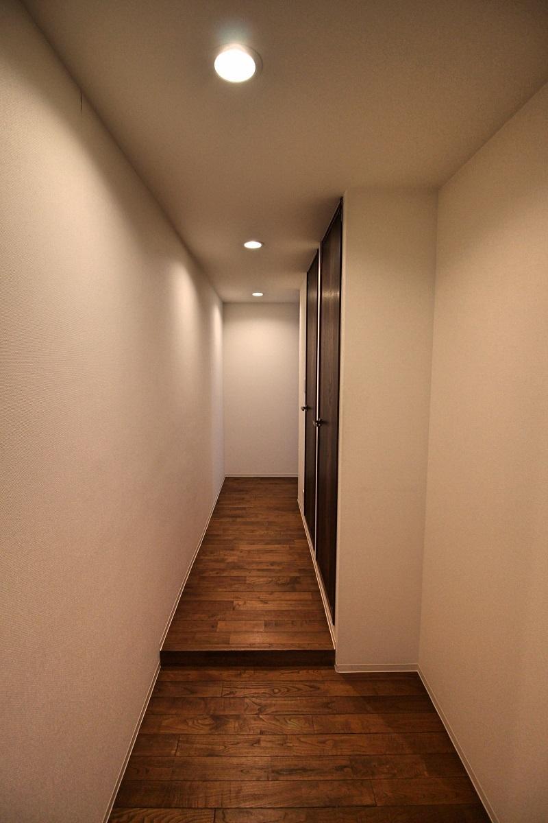 305号室:玄関も同じ栗の無垢材