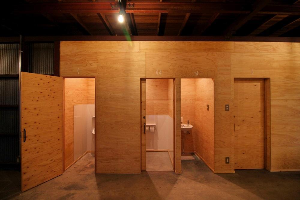 左から男子用、男女用、手洗い、女子用のトイレ