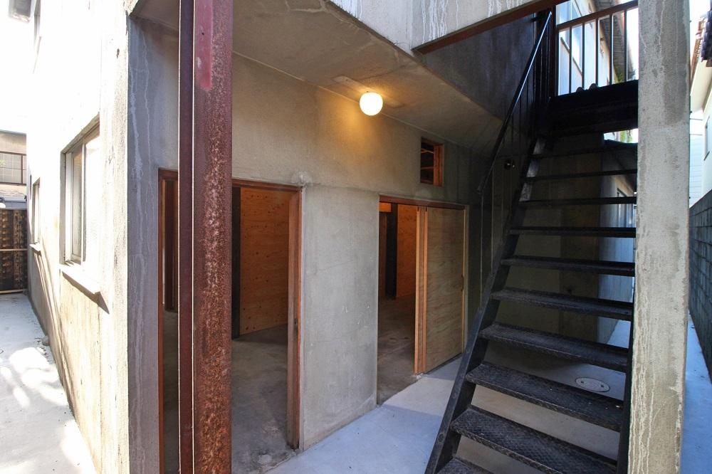 2階への鉄階段はそのまま利用