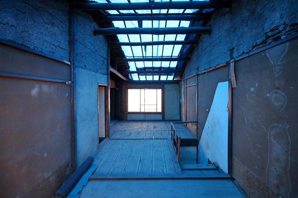 2階部分、うっすら青く見えるのは屋根のブルーシートの仕業