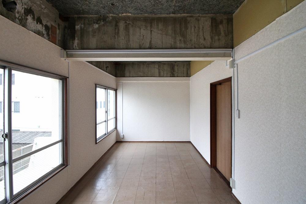 32号室|天井はセメント版