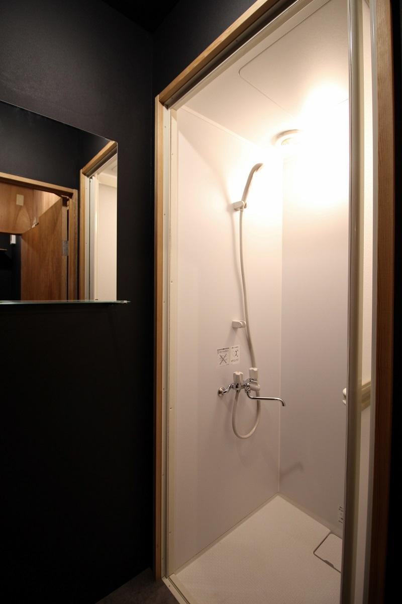 シャワーブースのみでバスタブは無し