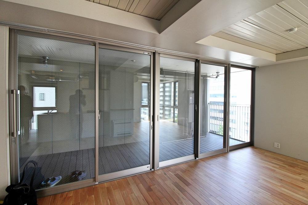 バルコニーに面して全面窓なので視野にゆとりが出来ます(写真は同タイプの6階のもの)
