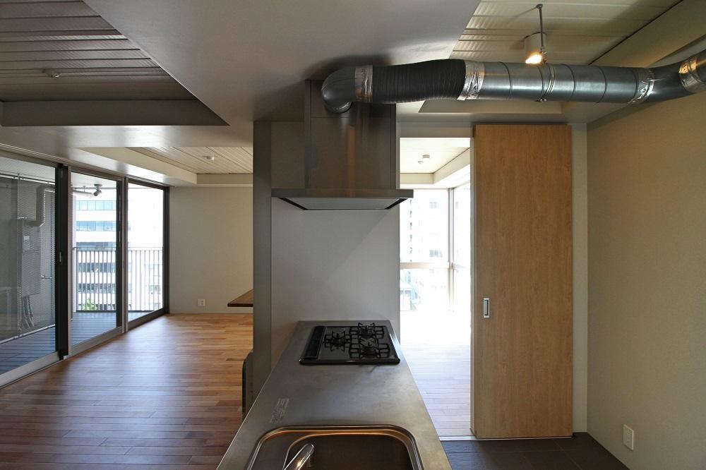 キッチンをぐるっと回れる動線(写真は同タイプの6階のもの)