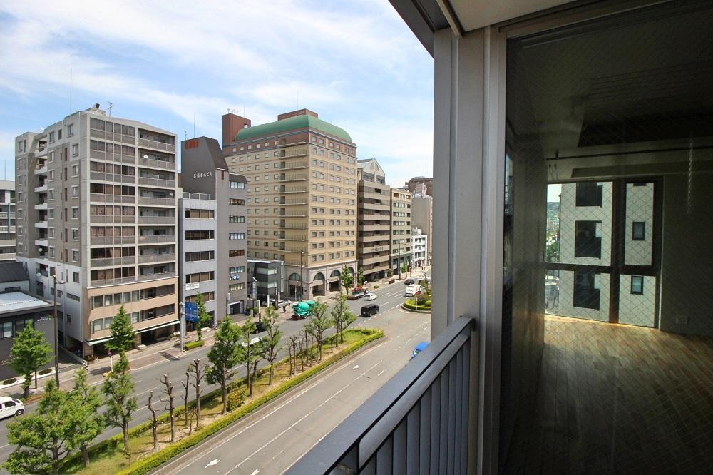 バルコニーから見る前面の五条通(写真は同タイプの6階のもの)