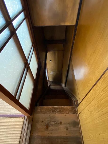 階段は昔ながらの急なタイプ
