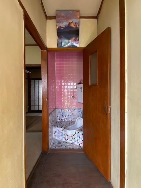 和式トイレはカラフルなタイル仕上げです