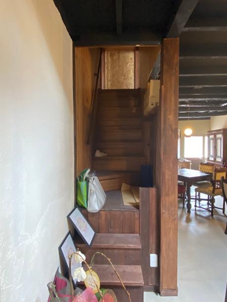 この階段を上がって各部屋へ