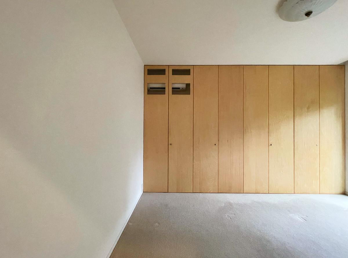 一階ベッドルームも前庭が望めます。一面壁面収納も