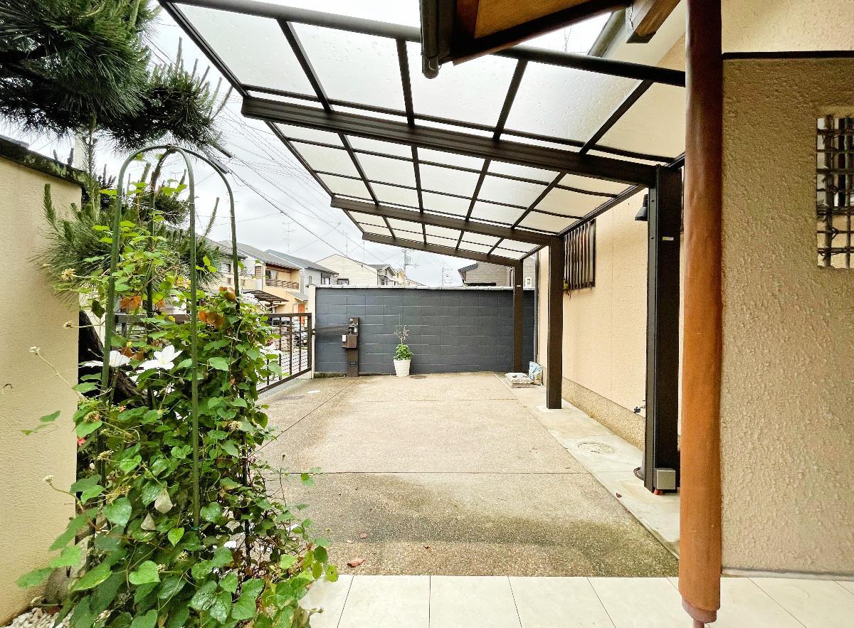 半屋根付き駐車スペースと、家の前にももう1台停められます