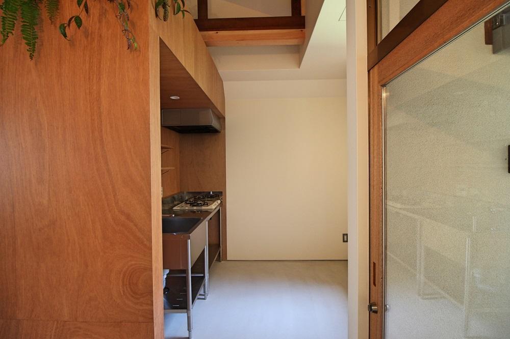玄関の右手に土間がそのまま続くキッチン