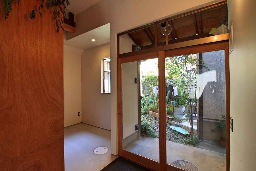 南側にある玄関は大きなガラスの木建具