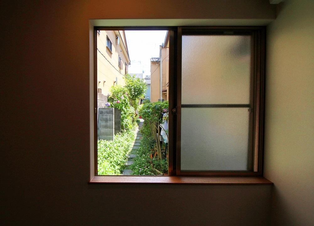 キッチン背面の窓からみる通路