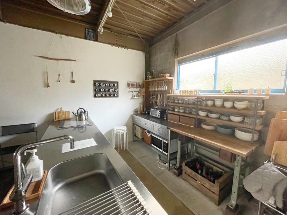 広めのアイランドキッチンと背面の棚