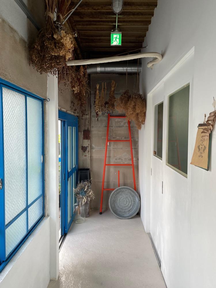 廊下の風合いも素敵ですこちらはお隣の201号室様の前