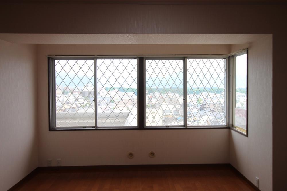 東側の部屋からは街を見下ろせます。