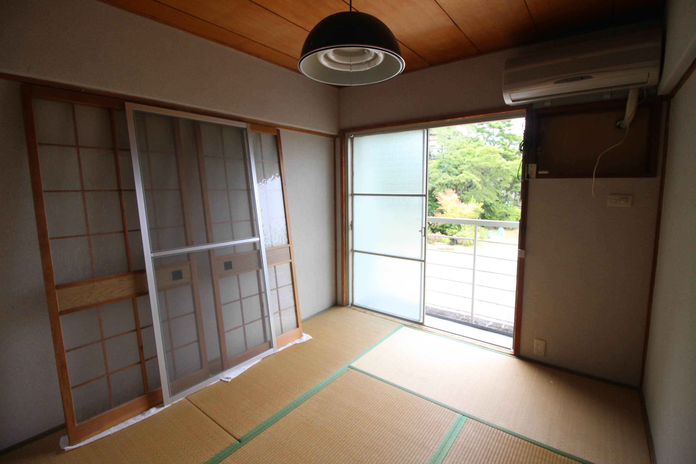 窓は南向きで東山の緑がもうそこです。