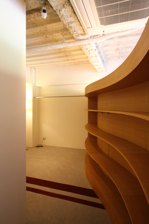 仕切りの内側はすべて収納棚に。