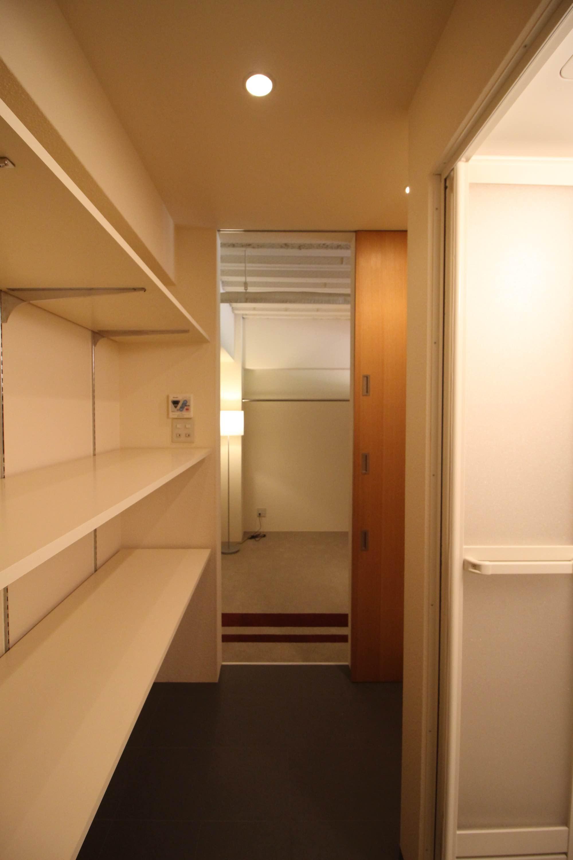 シャワーブースと洗濯ユニット、さらに追加の収納棚も。