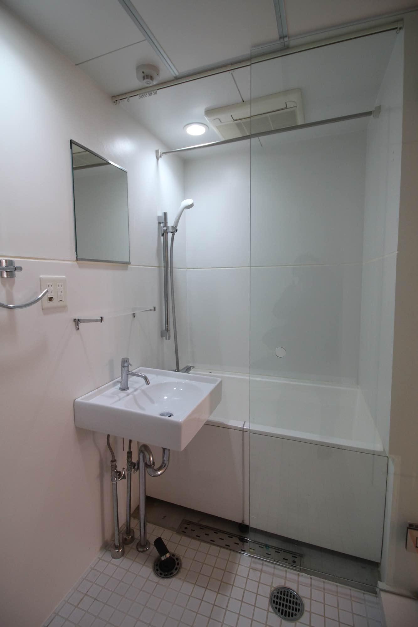 水周りは、トイレ、バスルーム、洗面、洗濯機が一つの空間に。