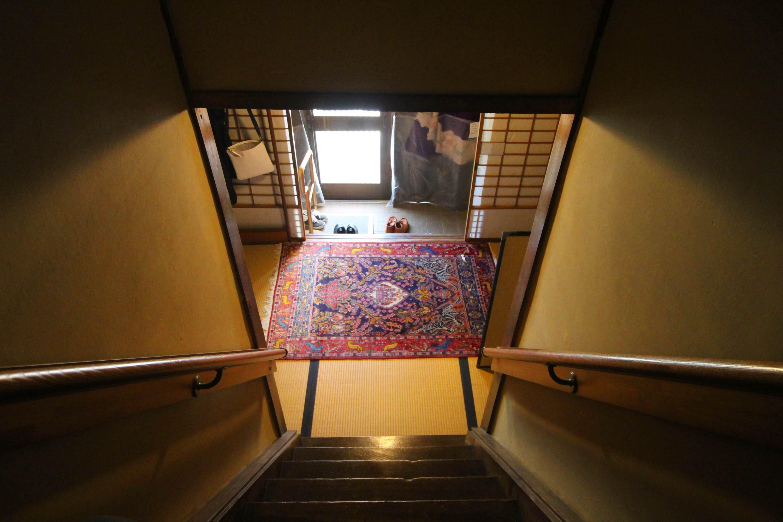 階段を上から下に、この景色思わず撮影。