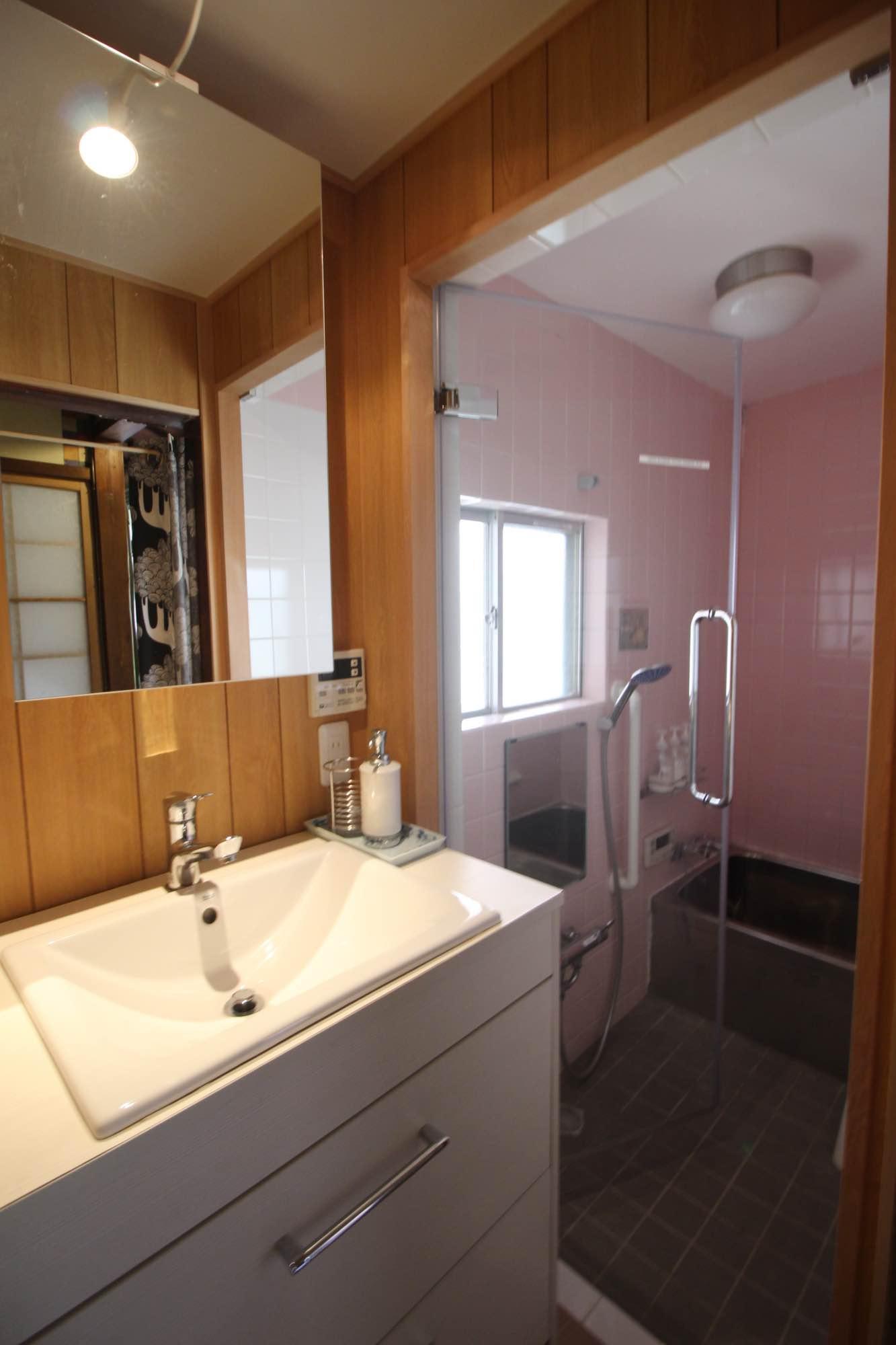 洗面とバスルーム、バスタブはサイズは従来のままガラス扉に。