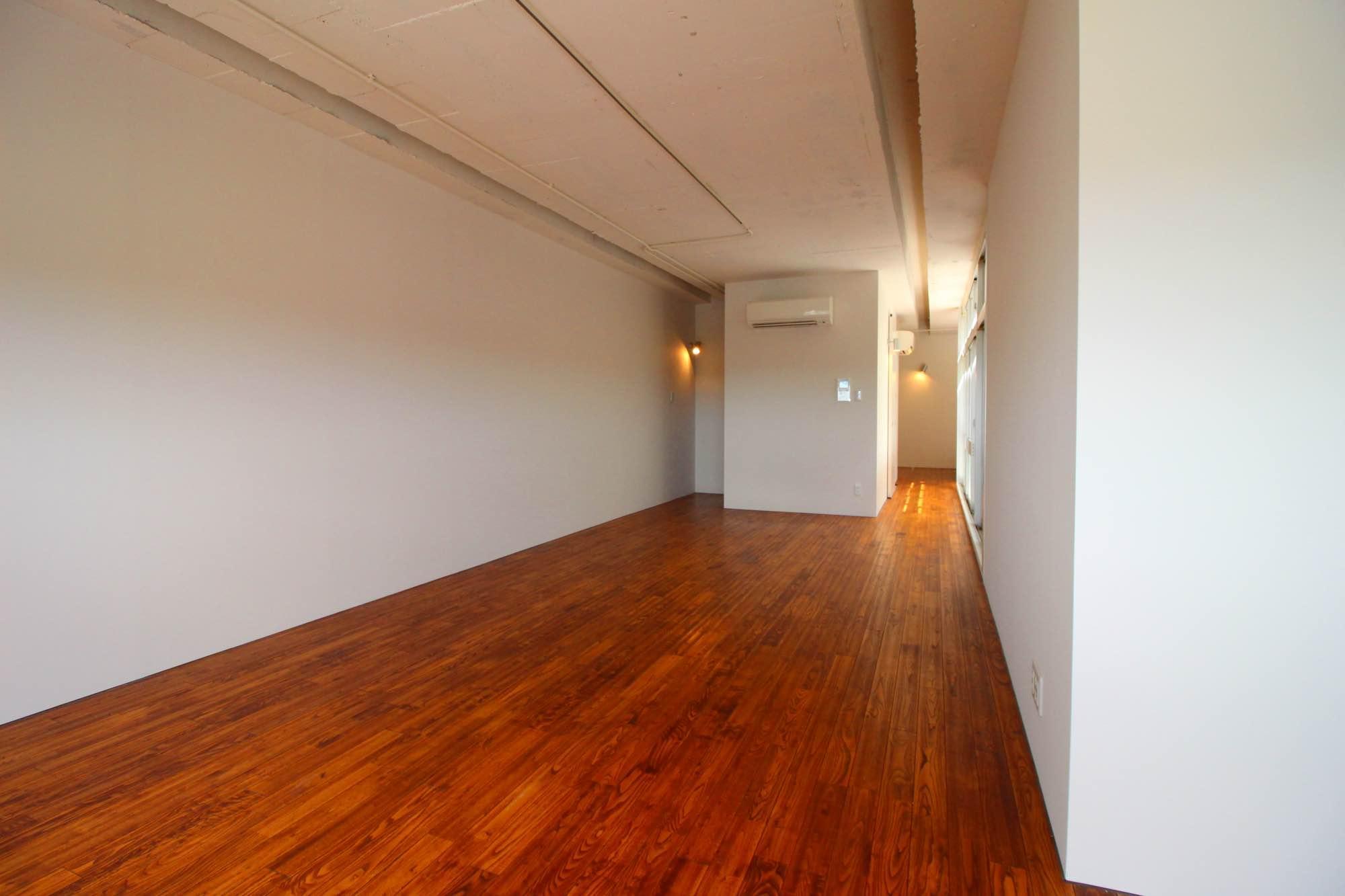 縦に走る天井の溝が長さを強調。照明はライティングレールになってます。(402号室)