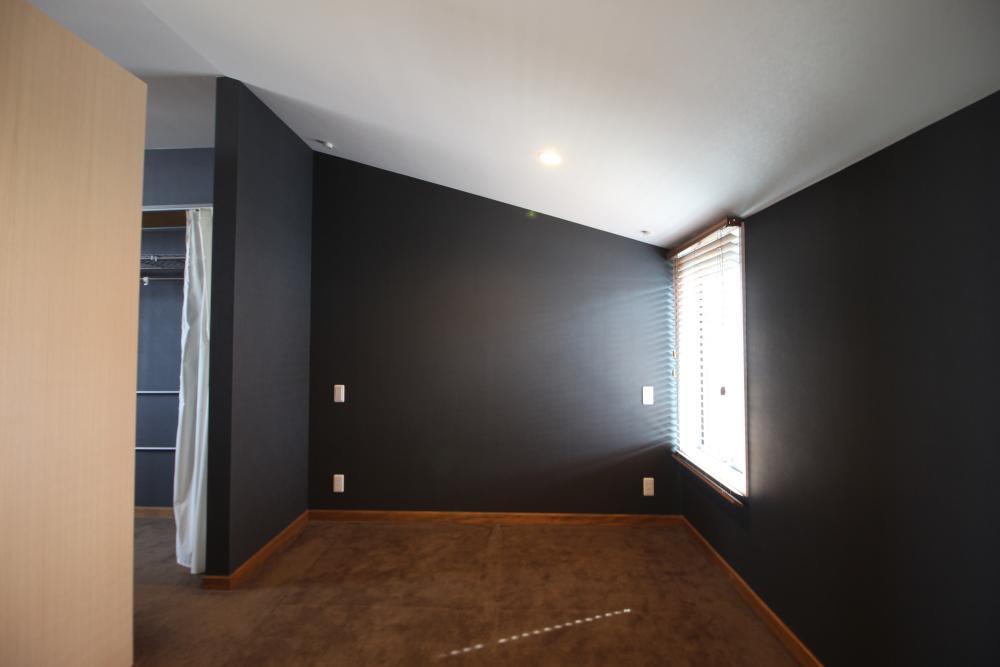 2階は傾斜のある天井で少しでも解放感を。