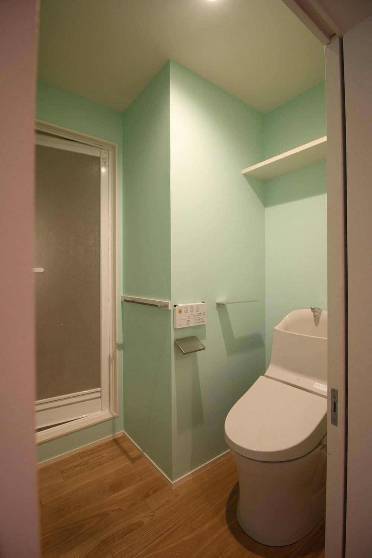 2階のトイレ。いきなりこの色。