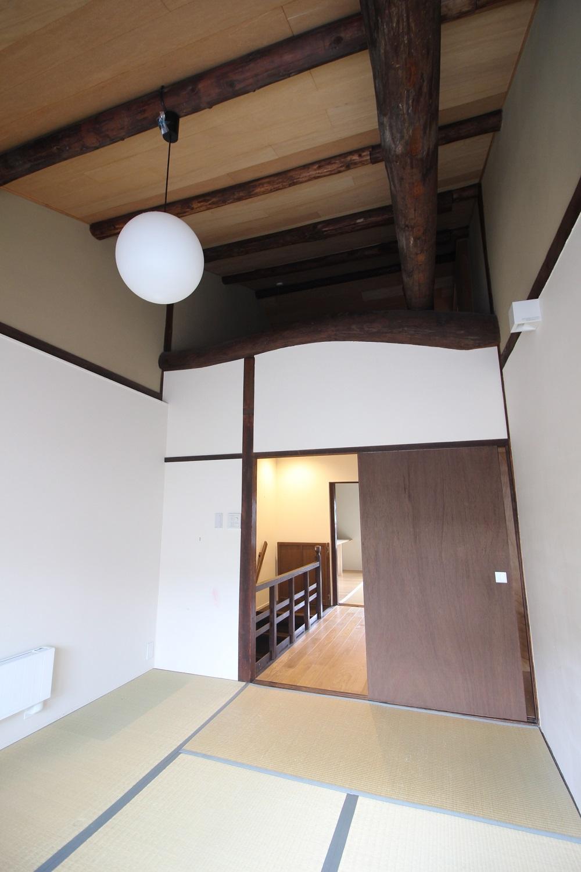 西側和室。直線と曲線。