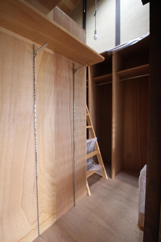西側和室からの収納庫。死角になってますがかなりの収納力