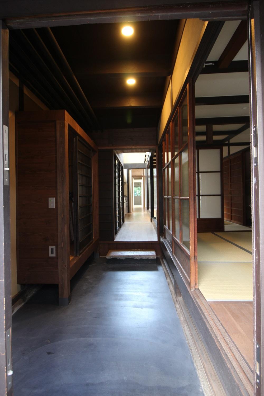 玄関土間。向こうにあるのが浴室。