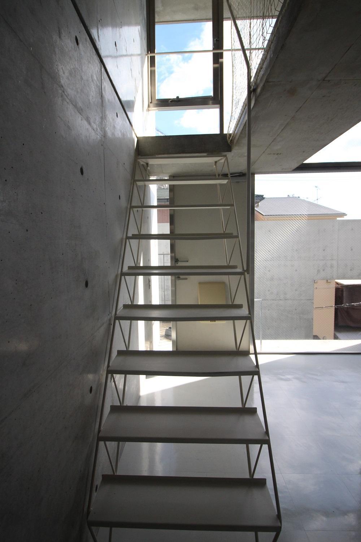 白のスチール製階段。