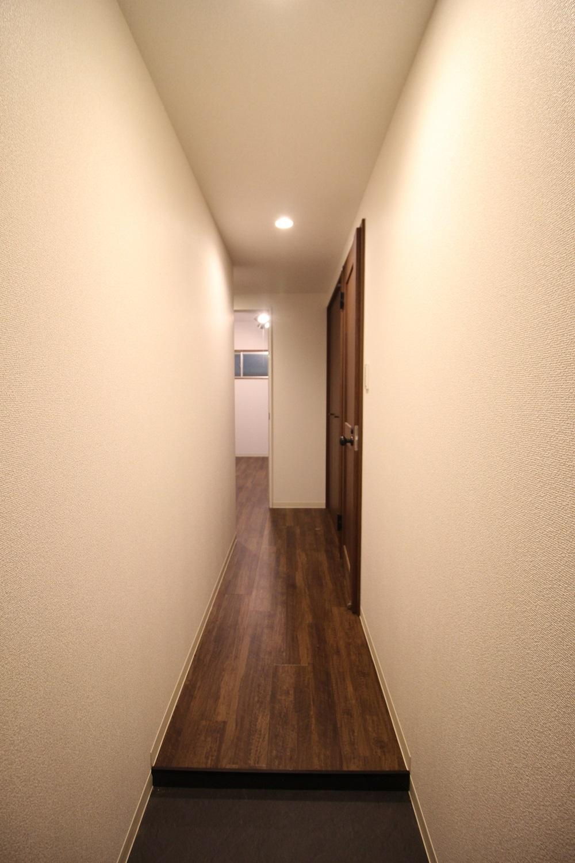 奥の玄関から長い廊下の始まり。