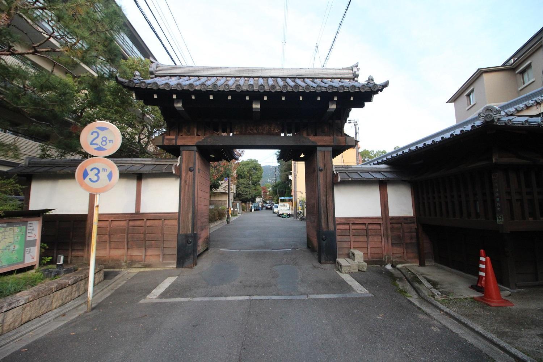 すぐ近くの風景。アスファルトの道路より、門が優先なのが京都ならでは。