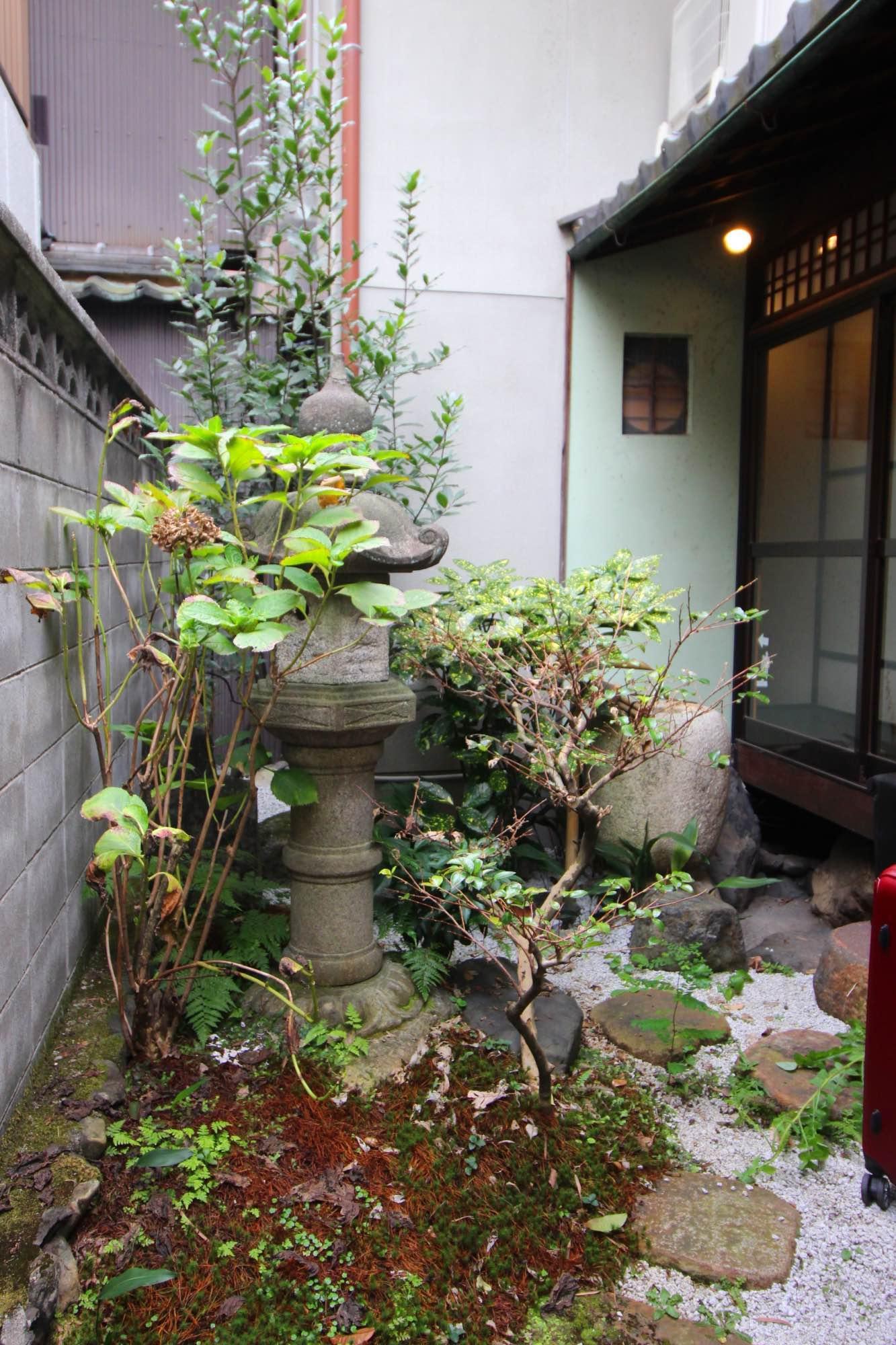 広間の前の庭です。