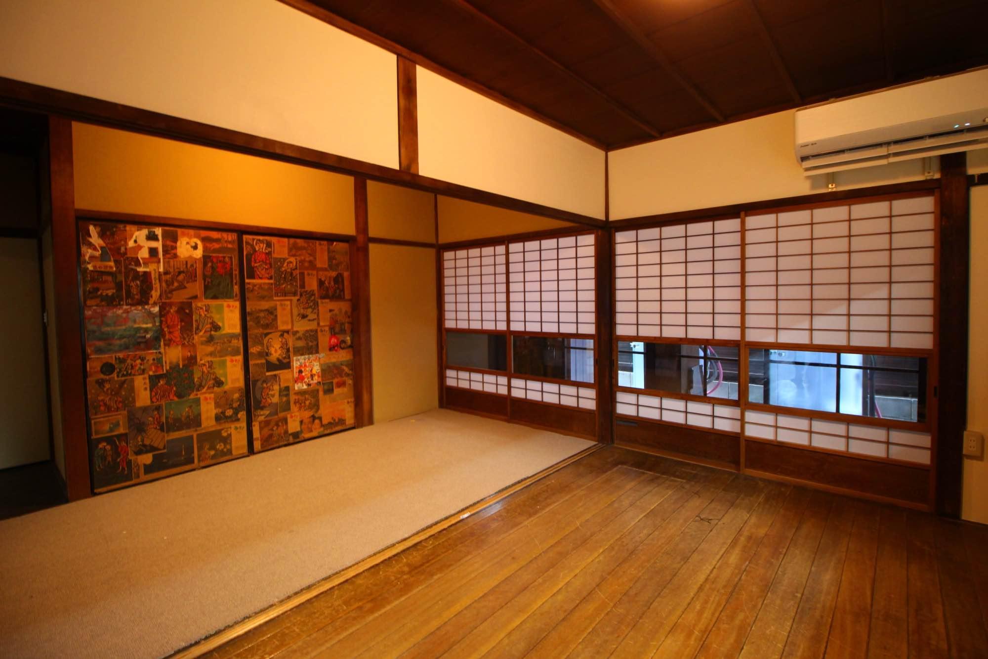 こちらが食堂スペース。奥の襖紙は前の家主のものだとか。