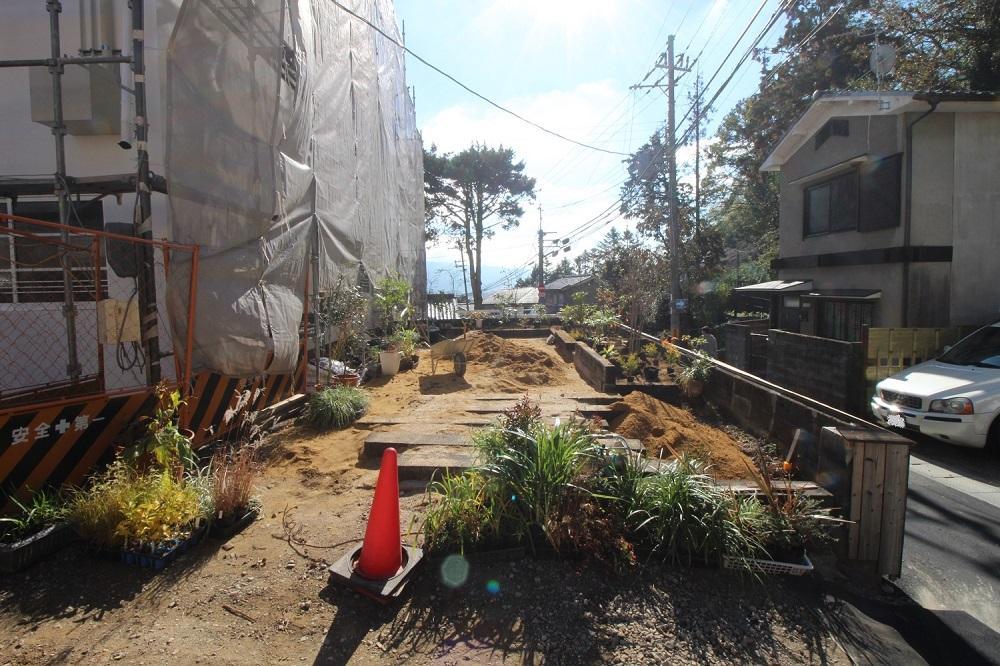 芝生が敷かれ近所の方にも開放される予定。