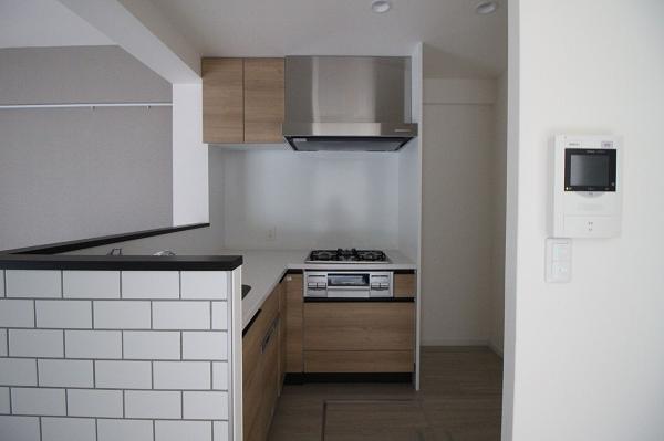 キッチン側面はタイル仕上げです。