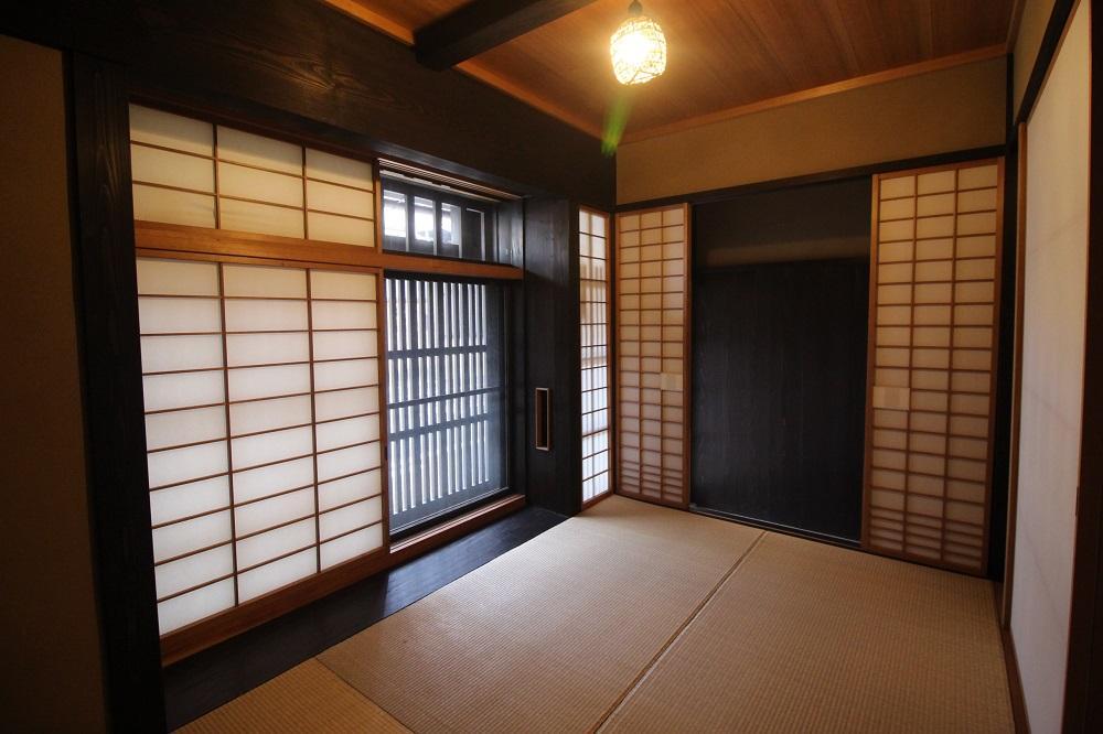玄関横の3帖和室。