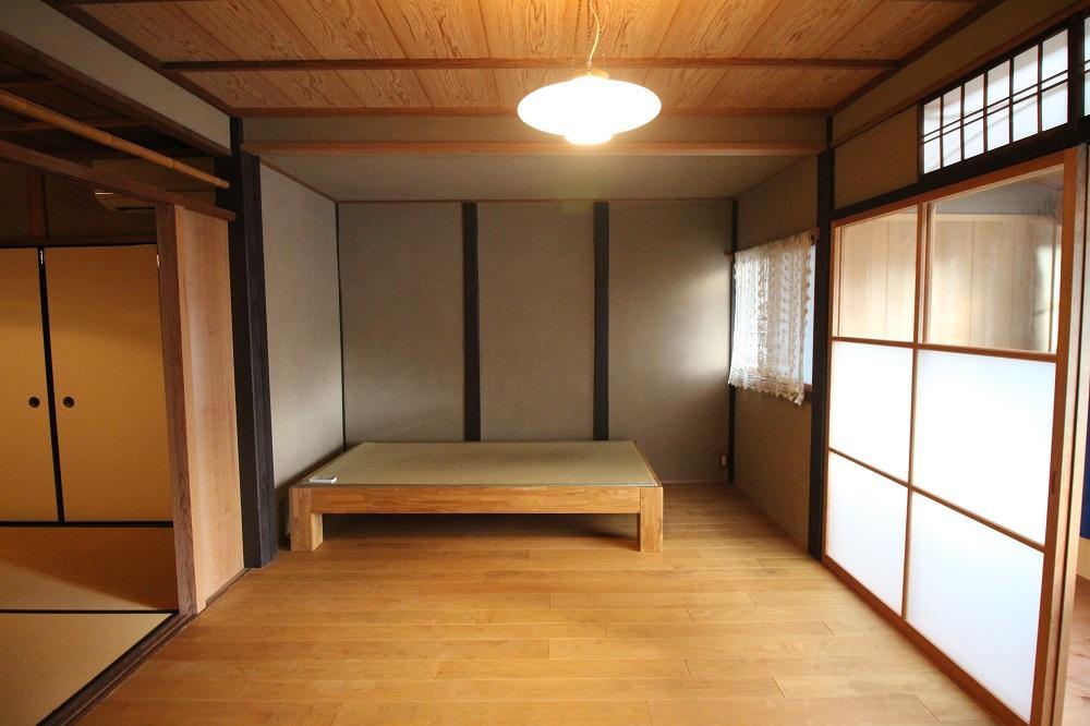 2階の洋室、正面には畳敷ベッド。